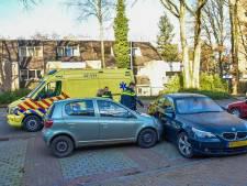 Vrouw verliest macht over stuur en komt tegen geparkeerde auto tot stilstand
