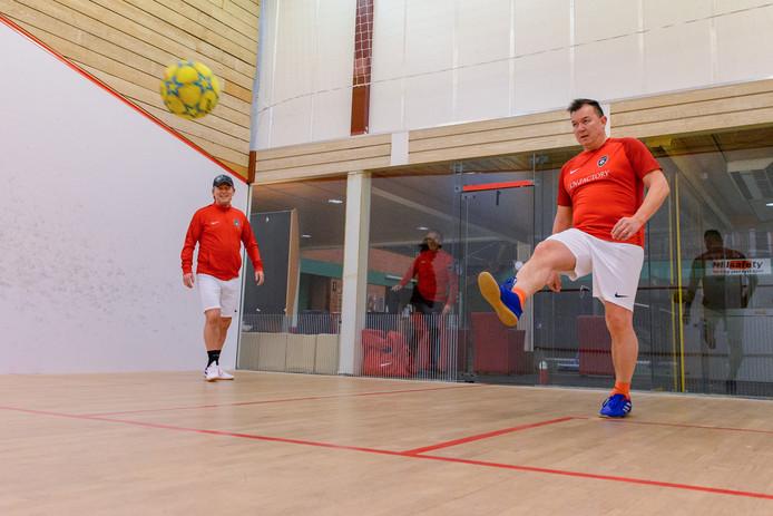 Frangken Tuhumena (rechts) en Peter van Niekerk spelen soccersquash .