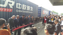 Met het doorknippen van een lint werd de treinverbinding officieel geopend.