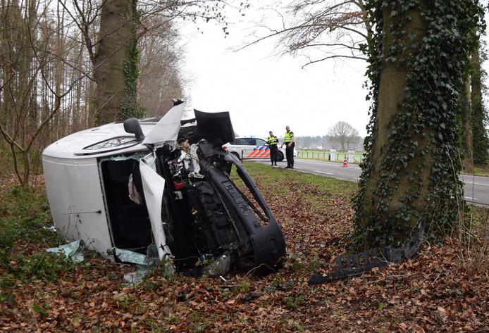 Een bestelbus belandde op z'n kant bij een botsing tegen een boom tussen Hummelo en Toldijk.
