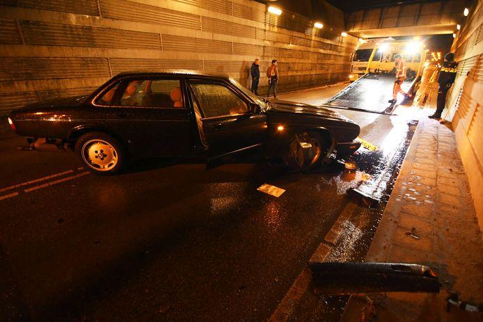 Op de Rondweg in Houten is vanavond een oude Jaguar gecrasht.