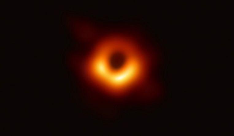 De eerste foto van een zwart gat.   Beeld EHT Collaboration