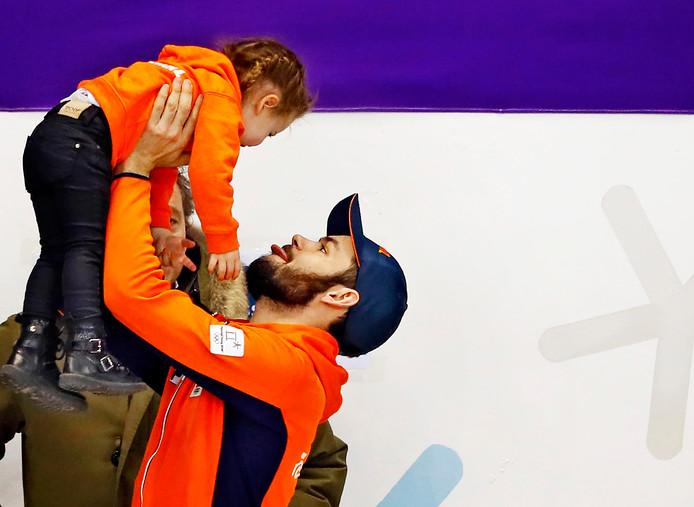 Sjinkie Knegt met zijn dochtertje Myrthe.