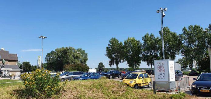 De mobiele camera op de parkeerplaats aan de A27 bij Meerkerk.