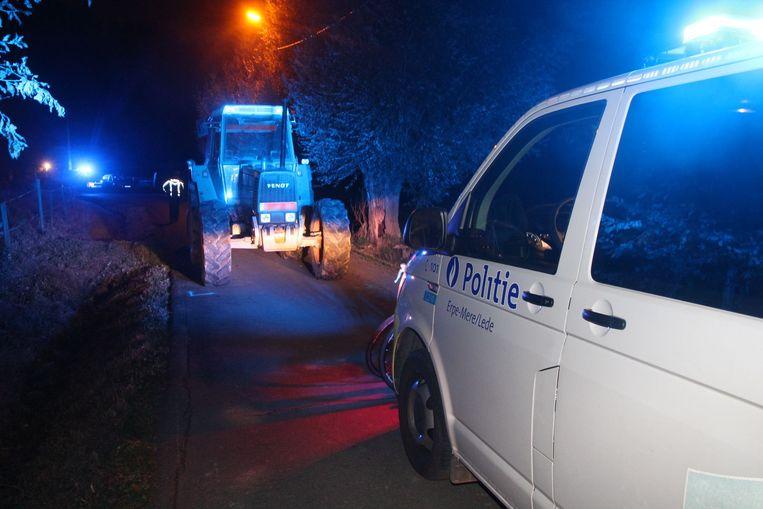 Het ongeval gebeurde in de smalle bocht net voorbij de laatste boerderij in de Veldekenswegel komende van Impe.