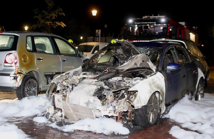 De brandweer wist de auto aan de Mariahof met water en schuim te blussen.