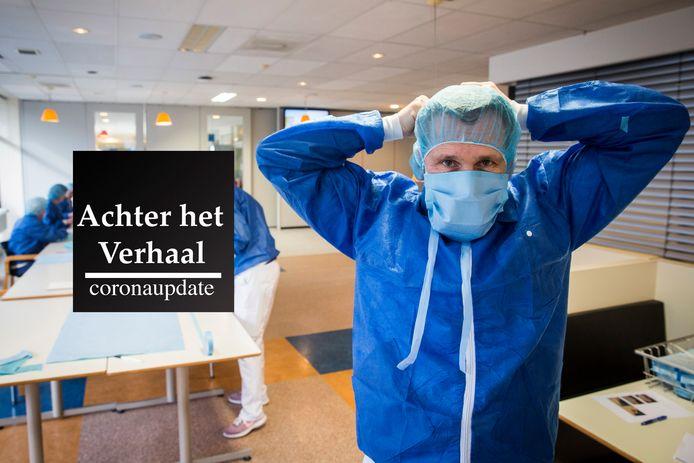 Nicholas Dobbinga probeert een zelfgemaakt mondkapje in het Wilhelmina Ziekenhuis.