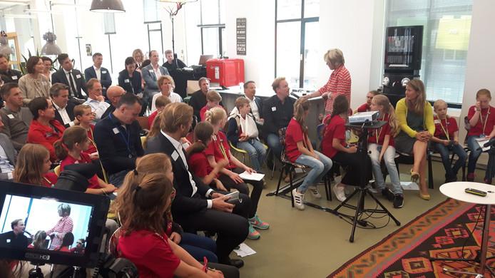 Kinderen van basisschool Wittering.nl in gesprek met de 'beslissers' van Essent.