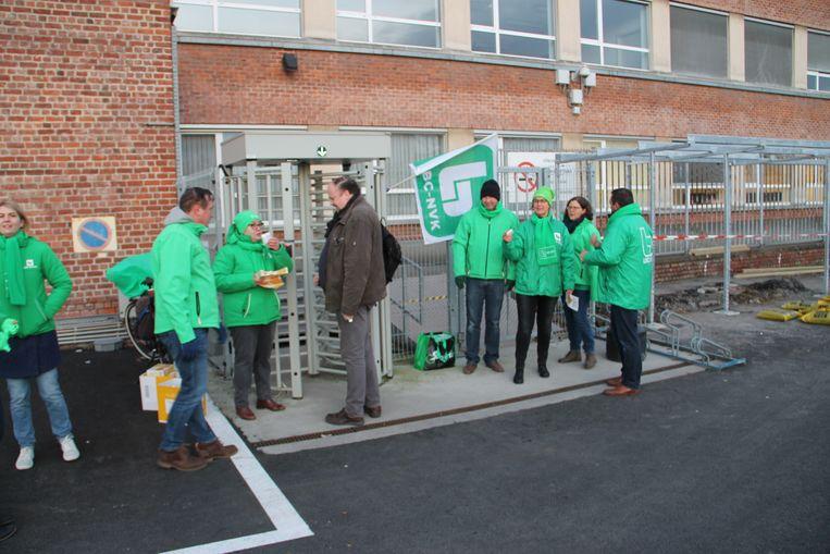 De vakbonden delen koekjes uit aan de dienstingang van Cargill.
