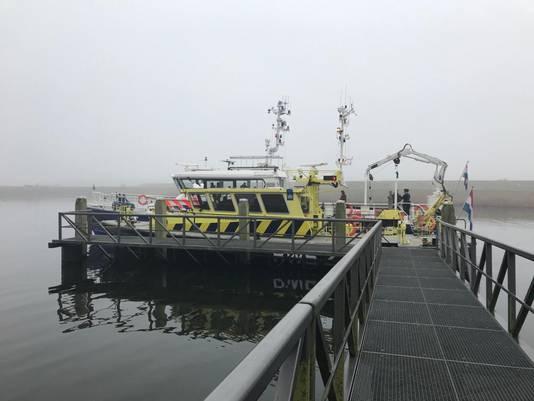 De zoekactie liep donderdagmorgen enkele uren vertraging op door de mist. De boten van politie en Rijkswaterstaat wachtten in de oude werkhaven bij Nieuw-Vossemeer.