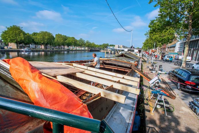 Bij de Stadsbrouwerij hebben ze de handen vol aan het opkalefateren van de oude 'partyboot'. Roest wordt weggehaald en gaten dichtgelast tijdens een grootscheepse renovatie.
