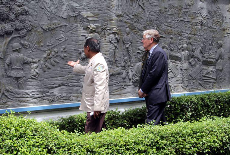 Ambassadeur Tjeerd de Zwaan in 2011 bij een reliëf in Rawagede. Daarop wordt het bloedbad afgebeeld, veroorzaakt door Nederlandse militairen. Beeld EPA