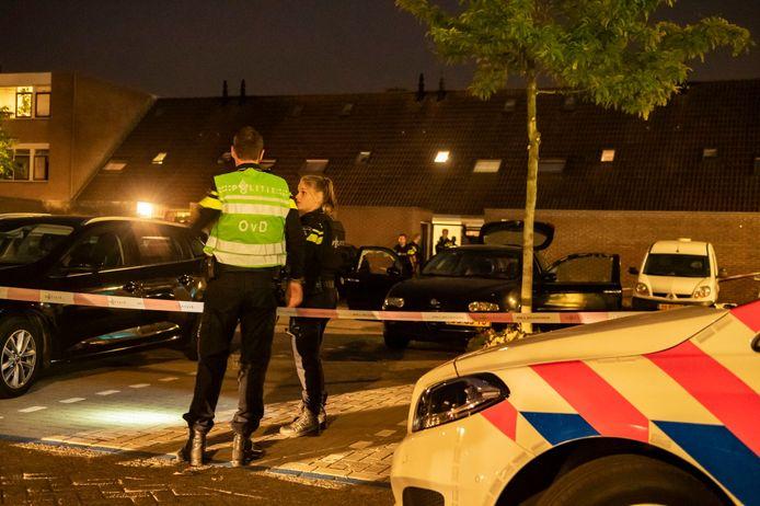 Politie zet de parkeerplaats aan de Schonenburgseind in Houten af.
