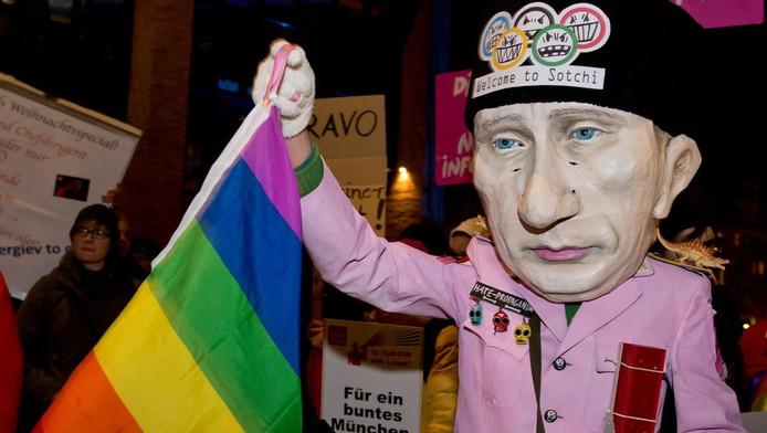 Een demonstrant protesteert in München tegen het anti-homobeleid van Poetin.
