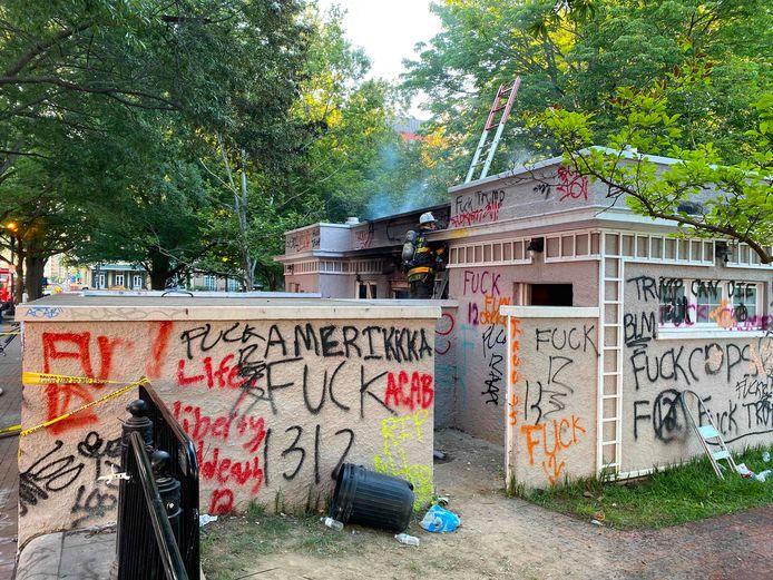 Tags et vandalise au Lafayette Square, près de la Maison Blanche, ce 1er juin
