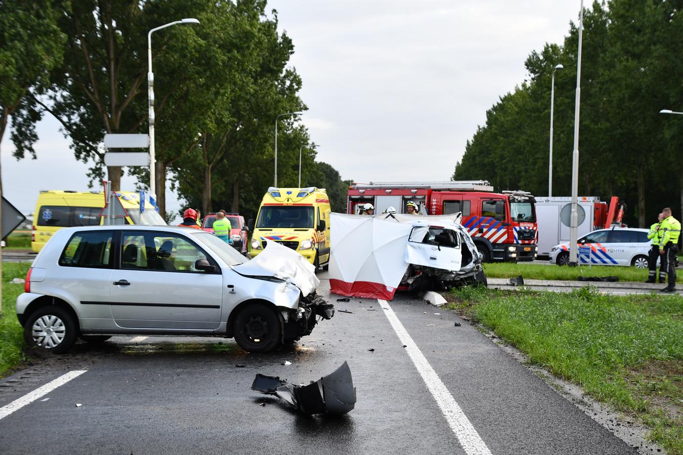 Hulpverleners op de plek van het ongeval op de kruising Elburgerweg en Biddingringweg in Dronten
