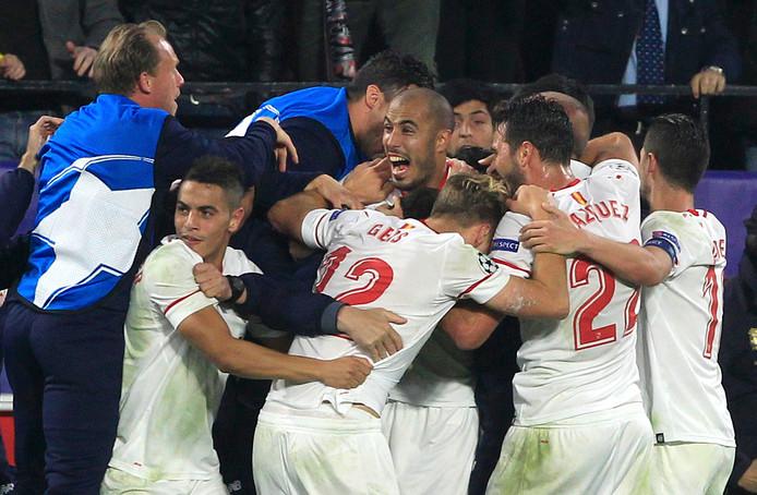 Sevilla-spelers vieren een goal tegen Liverpool.