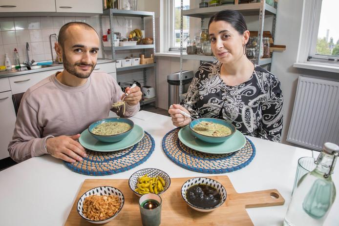 Farbod Moghaddam en zijn vrouw Zeriyan genieten van hun ash.