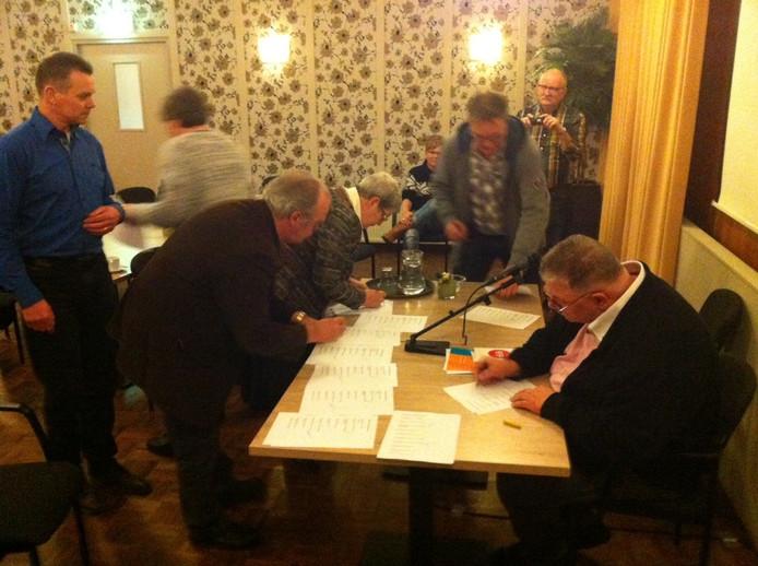 De vertegenwoordigers van de verschillende huurdersverenigingen tekenen de petitie tegen verdere huurverhoging.