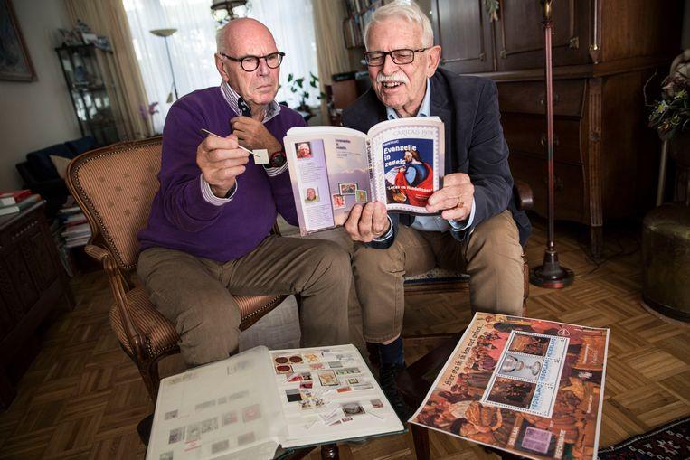 Frans Voogt (links) en Anton Schipper delen een hartstocht voor postzegels met christelijke en bijbelse motieven. Beeld arie kievit