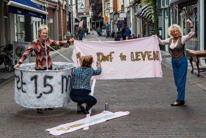 Vera Groen (rechts) werkt samen met andere vrouwen aan de voorbereiding op de demonstratie van komende zaterdag.