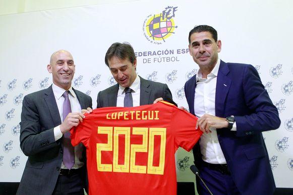 Luis Rubiales, Julen Lopetegui en Fernando Hierro toen de naar Madrid verkassende bondscoach eerder nog zijn contract verlengde bij de Spaanse voetbalbond.