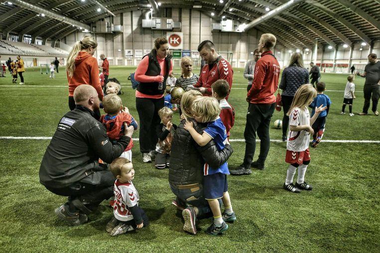 Kinderen op een indoor-kunstgrasveld in Reykjavik. Beeld PRESSE SPORTS