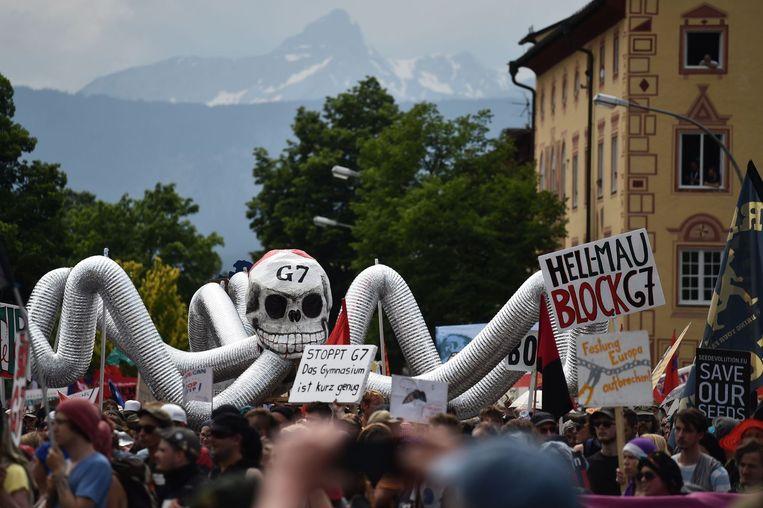 Betogers tegen de top van de G7 in het zuiden van Duitsland zijn slaags geraakt met de politie. Meerdere personen raakten gewond.