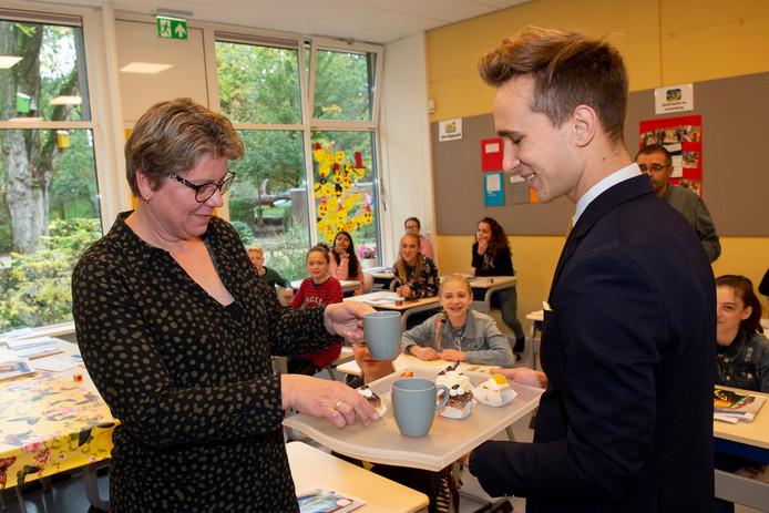 Op basisschool 't Schrijvertje is er wel les, maar de leerkrachten krijgen koffie geserveerd door een kelner Ilya van de Echoput. Juf Martine geniet er van.