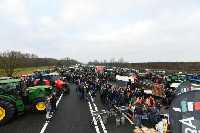 Boeren op de snelweg A1 bij De Lutte, die was geblokkeerd door zo'n 500 boeren.