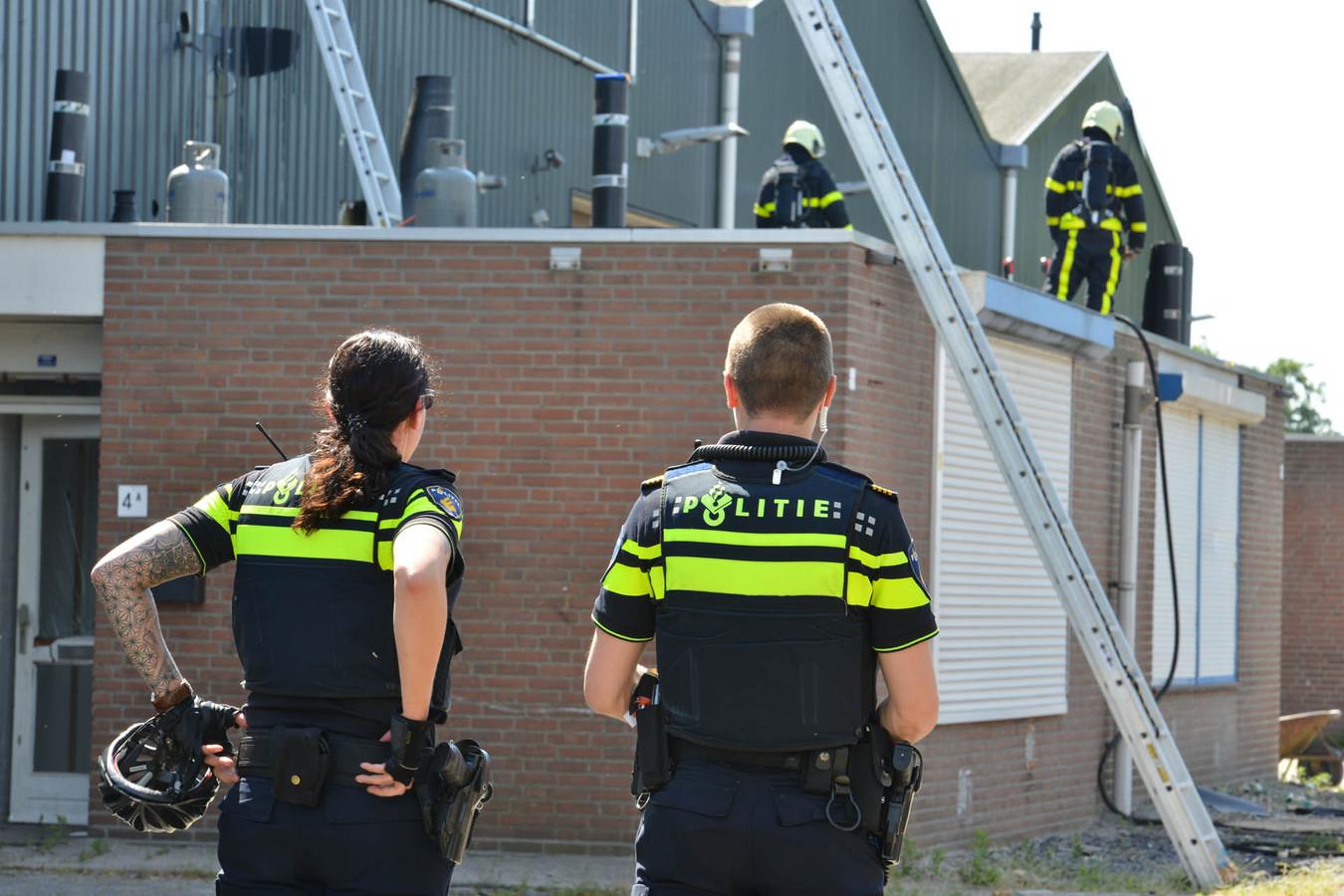 De brand ontstond op het dak van een pand.