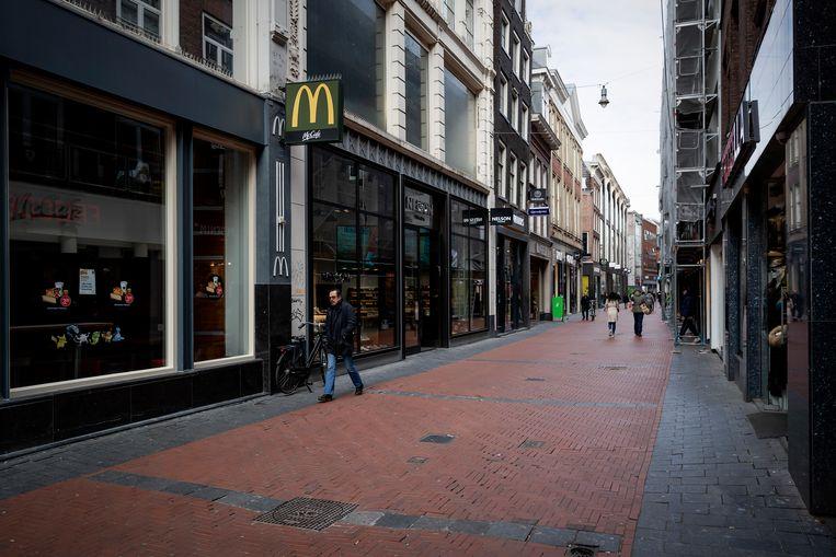Door de coronacrisis was de Amsterdamse binnenstad de afgelopen weken nagenoeg leeg. Beeld ANP