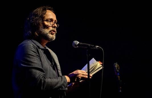 Hugo leest voor uit zijn werk tijdens de boekpresentatie.