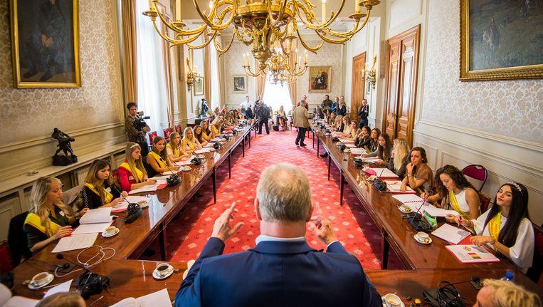 N-VA-senator Pol Van Den Driessche had de eer om de Miss België-kandidates in te wijden in de Belgische politiek