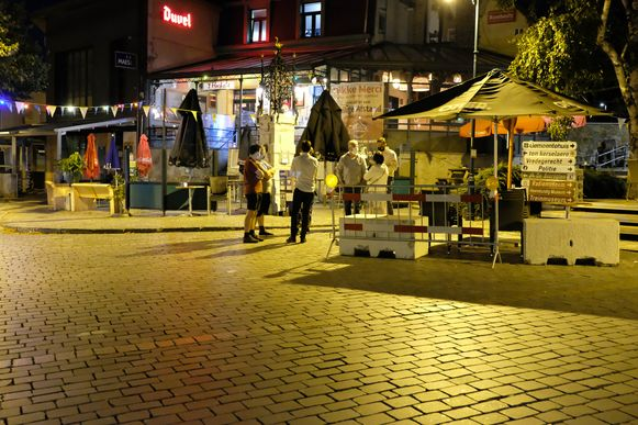 Een nachtelijk beeld van het centrum van Heist-op-den-Berg. Daar was onlangs protest tegen de avondklok.