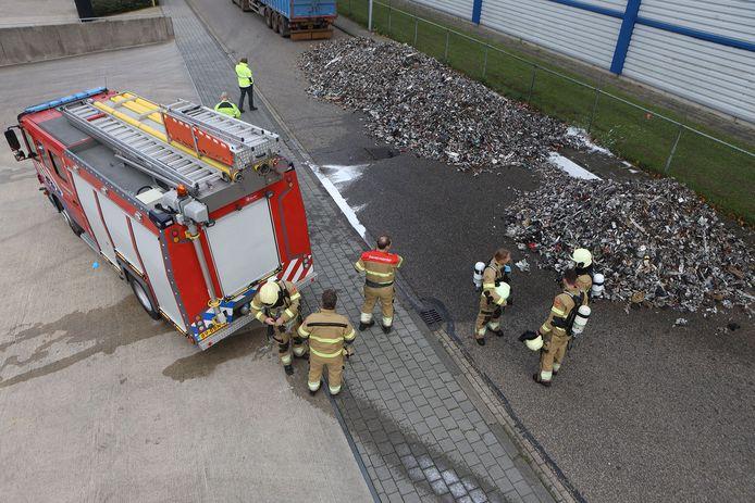 Brandweer blust vrachtwagenlading.
