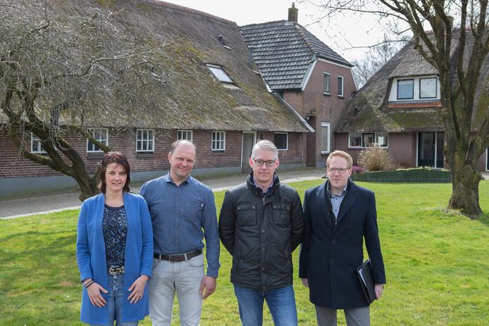 Anita en Henk Braakman zijn trots op het plan voor nieuwbouw dat ze samen met hun adviseurs Derk Jan Laanbroek en Jasper Vijfhuizen (r) hebben bedacht.