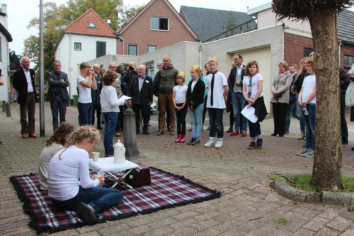 Bewoners laten het koninklijke gezelschap met rechts burgemeester De Muralt zien hoe ze na de ramp slechts beperkte middelen over hebben om op straat te kunnen overleven.