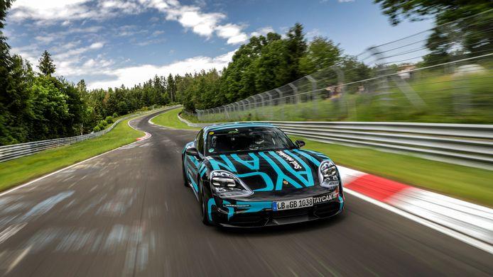 Porsche Taycan op de Nordschleife van de Nürburgring