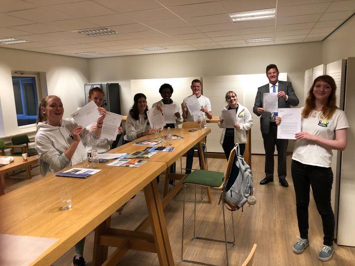 De jongeren van Jong & Politiek Nunspeet hadden een goed gesprek met burgemeester Breunis van de Weerd over het verschil in communiceren.