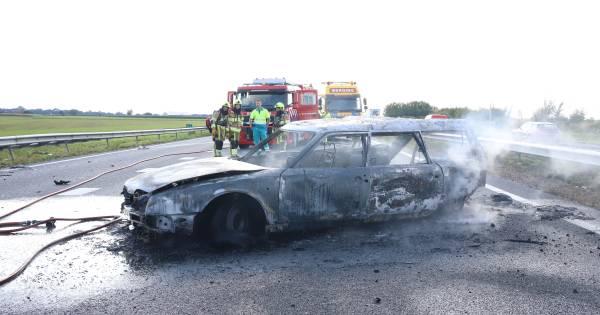 Bestuurster en hond op tijd uit brandende auto bij botsing op A15.