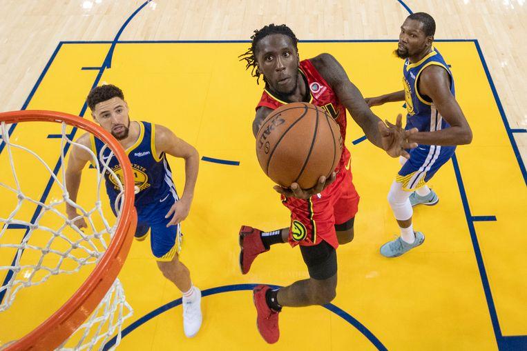 Thompson en Durant zien Atlanta Hawks-forward Taurean Prince scoren.