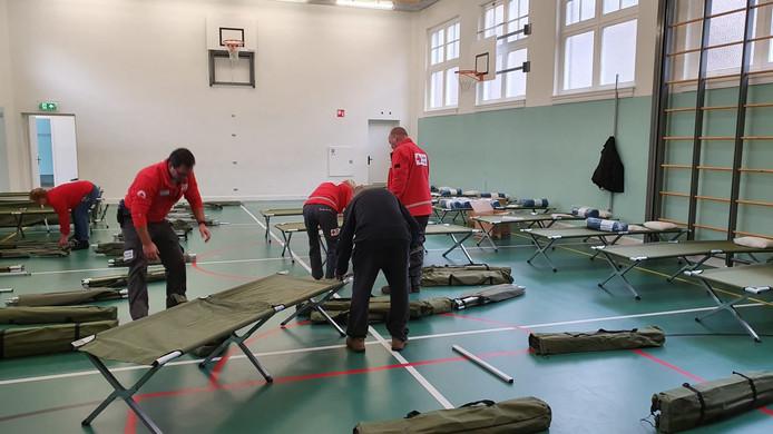 Het Rode Kruis plaatst veldbedjes in een gymzaal aan de Gouwestraat voor de daklozen