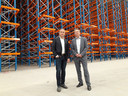Nico Kuipers (links) en Ronald Baarslag bij de nog lege stellingen in het nieuwe voorraadmagazijn.