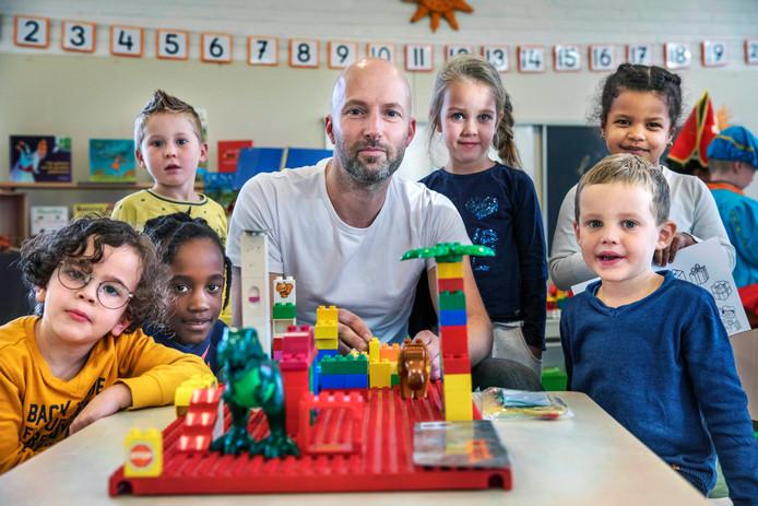 Daniël Blakmoor is op zijn basisschool in Schiedam de enige meester van alle kleuterklassen