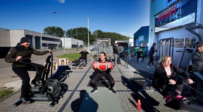 De Werkendamse fitnessclub Sportivity heeft de apparaten buiten neergezet.