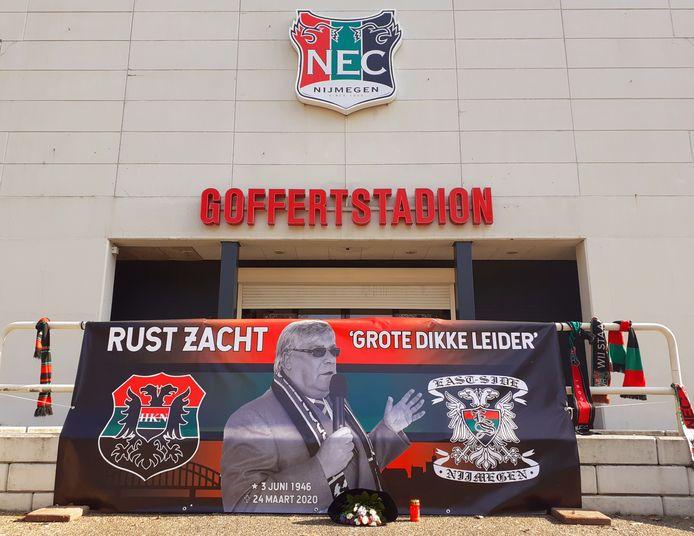 Eerbetoon aan de overleden Hans van Delft, ere-voorzitter van NEC, bij het stadion van de voetbalclub uit Nijmegen.