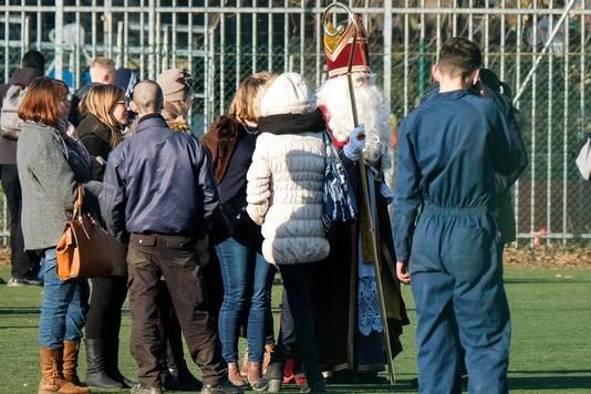 De kinderen van Vrije Basisschool de Voorzienigheid trotseren de winterkoude.