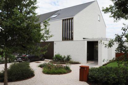 Tulpenhout, goudkleurige ramen, een muur met gaten, … Het huis van Kristine en Willy zit vol originele vondsten