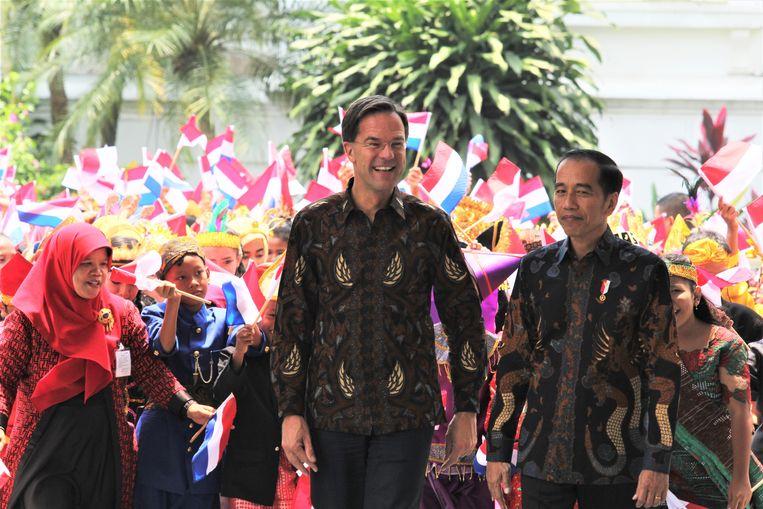 Rutte in batik op staatsbezoek bij de Indonesische president Joko Widodo, oktober 2019. Beeld Getty